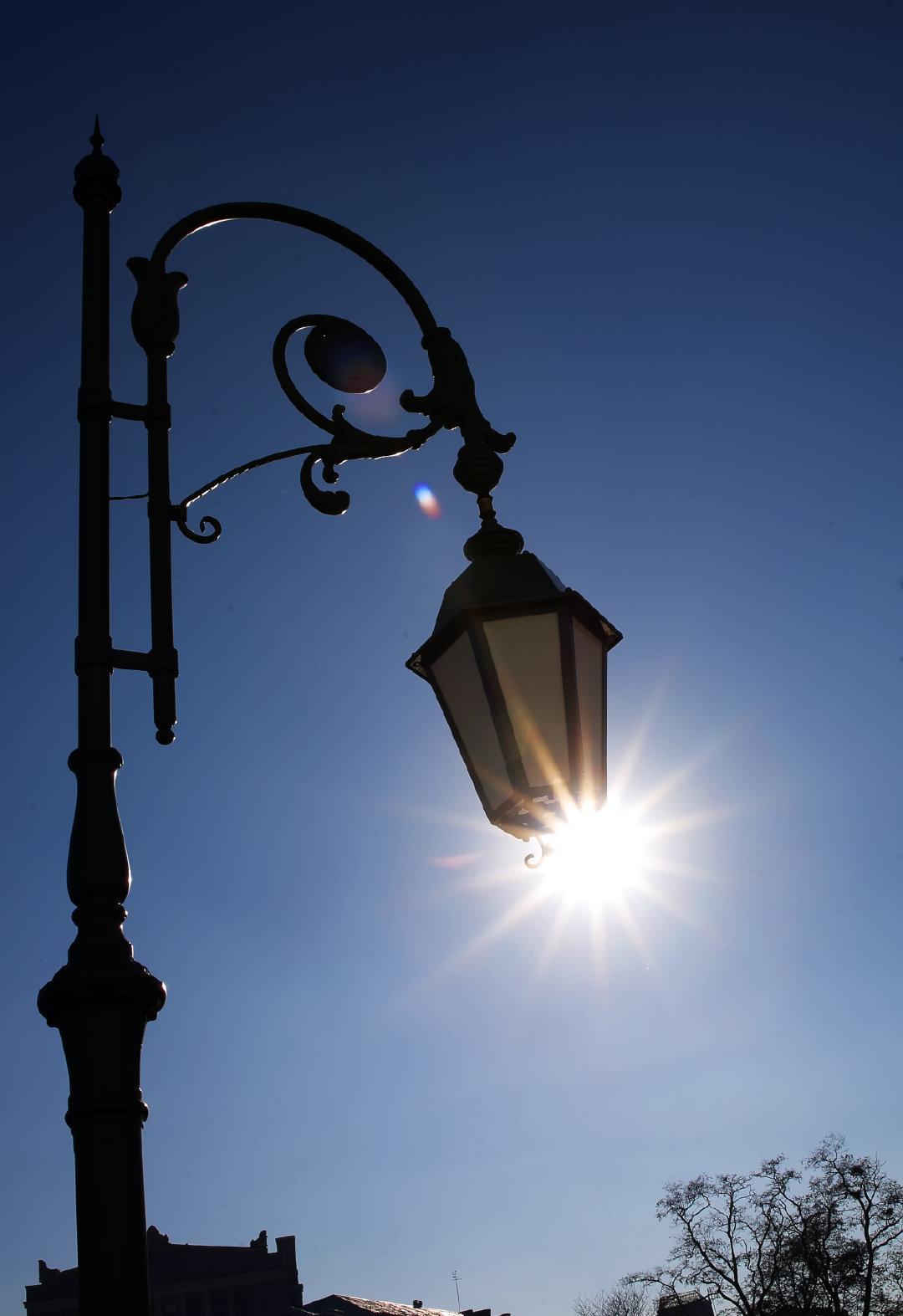 Фонарь и солнце