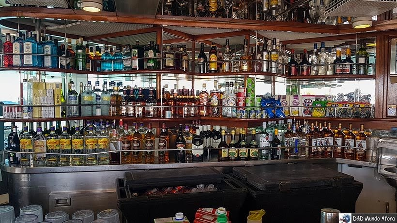 Bar da piscina no navio - Cruzeiros marítimos: tudo sobre viagem de navio