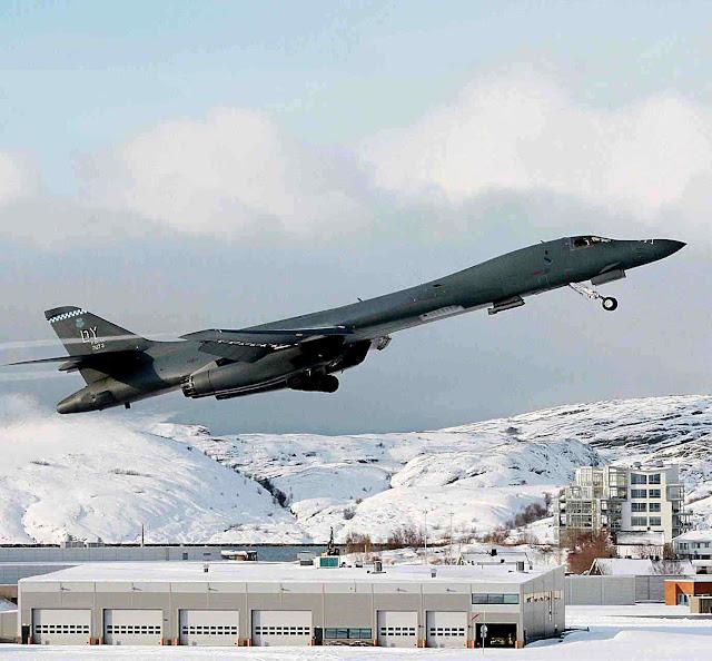 Primeira vez que bombardeiro nuclear EUA pousa no Ártico. Base de Bodø, Noruega, em março