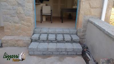 Escada com pedra folheta com as muretas de pedra, revestimento de pedra na parede em área de serviço da sede da fazenda em Atibaia-SP.