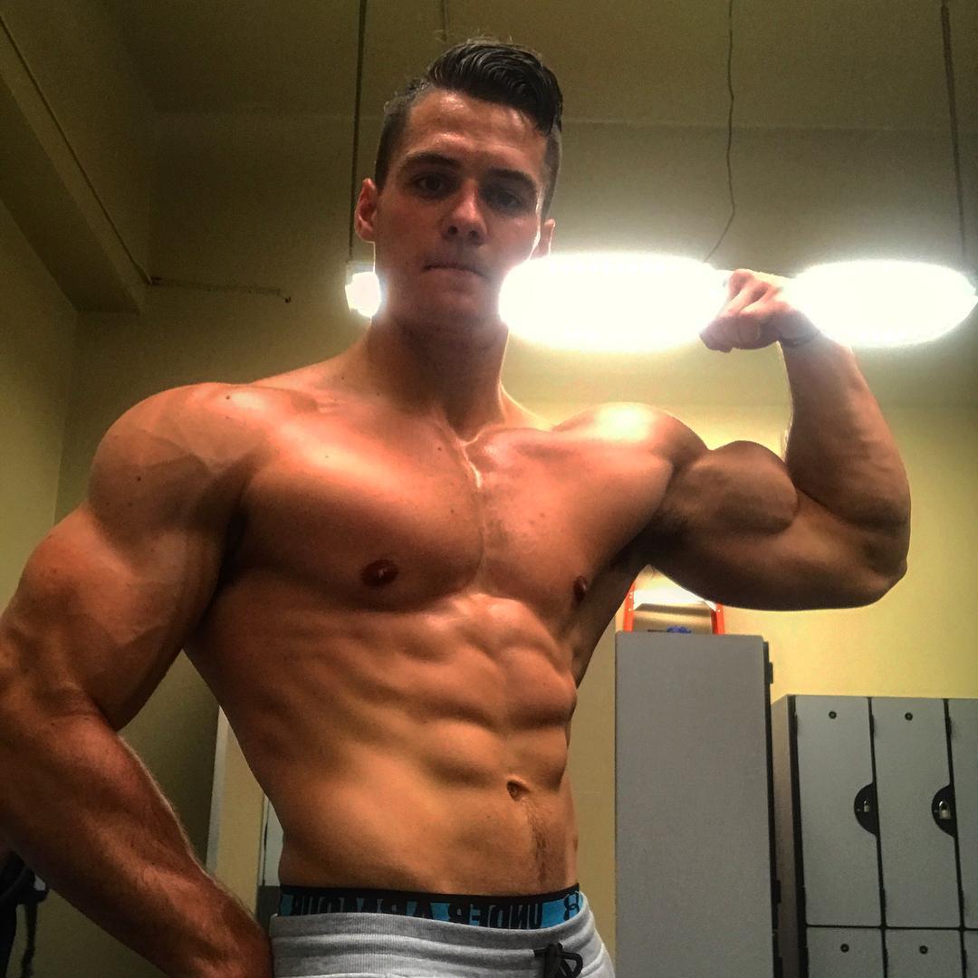 cute-beefy-muscle-instagram-dudes-pictures-biceps-flexing-gym-locker-room