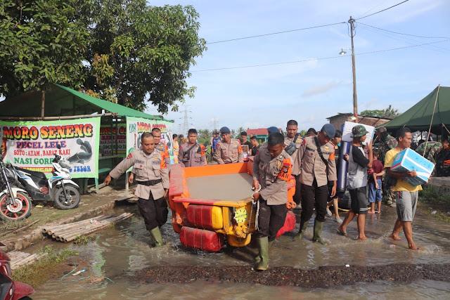 Gunakan Perahu Rakitan Polda Banten Salurkan Bantuan Korban Banjir