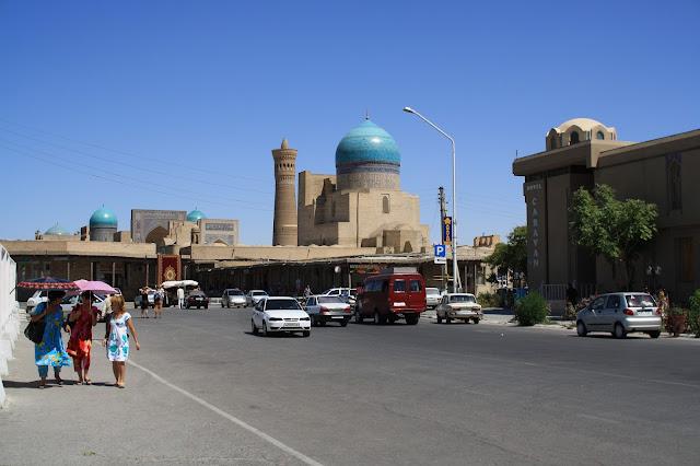 Ouzbékistan, Boukhara, rue Khodja Nurobobod, Kaylan, mosquée, minaret, © L. Gigout, 2010