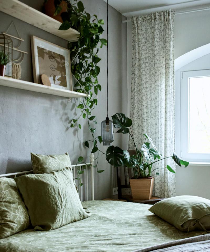Dormitorio minimalista con cama de hierro