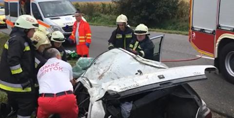 Videó: tűzoltók vágták ki összeroncsolódott kocsijából az ittas, jogosítvány nélküli sofőrt