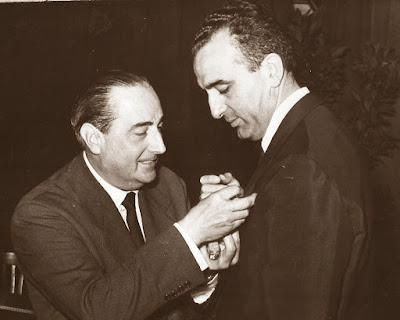 Agustín Pujol Sevil imponiendo la insignia de la FEDA a Joaquín Ruiz-Jiménez en 1955 en Barcelona
