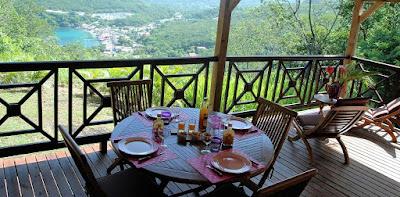 Petit déjeuner sur table en terrasse