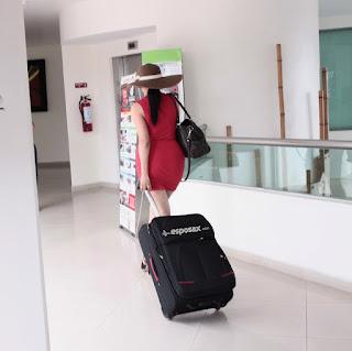 esposa minifalda con maleta