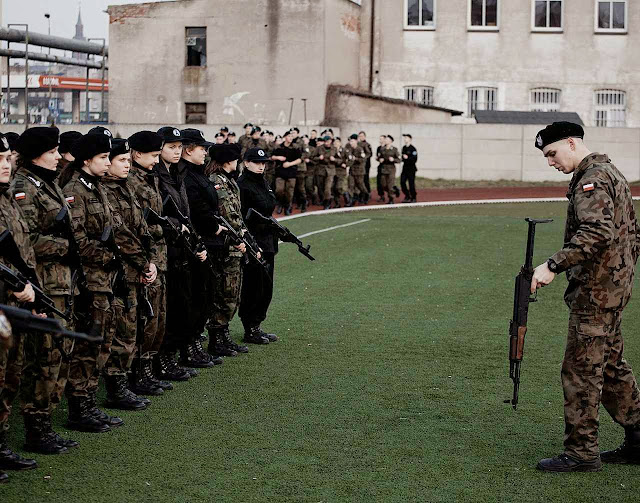 Numa escola, jovens voluntários de um dos mais de 100 grupos que pediram treinamento militar legal. A preocupação é nacional.