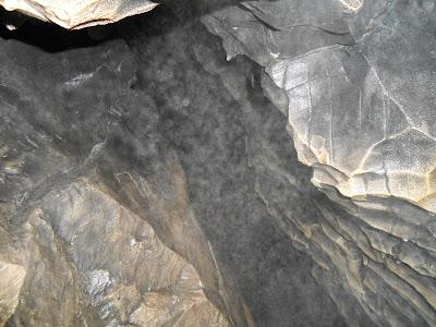 Расщелина у выхода из второго грота Сугомакской пещеры