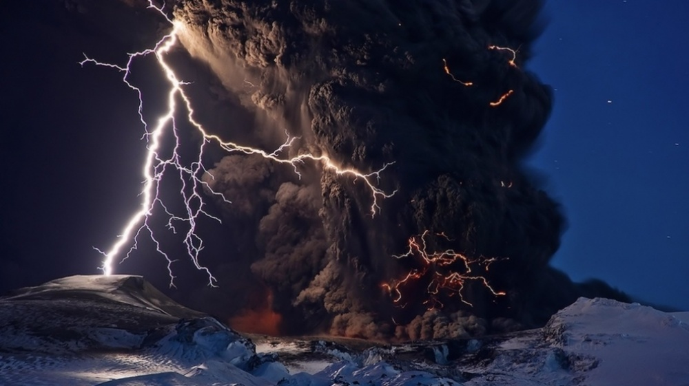The 100 best photographs ever taken without photoshop - Volcanic eruption in Iceland