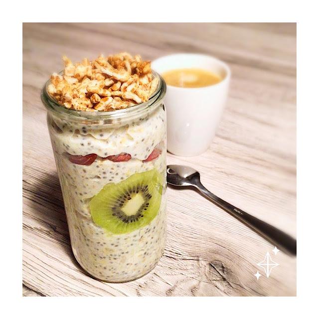 """alt=""""overnight oats dans un pot en verre allongé avec une rondelle de kiwi et des graines sur le dessus"""""""