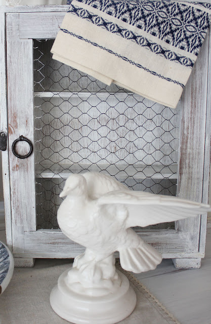 Blue and white hutch decorating
