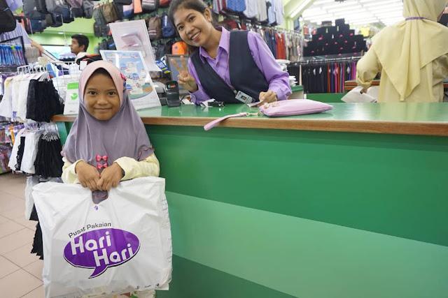 Mesra pelanggan staff Hari - Hari, Hari - hari shopping, Hari-hari Gila Sales