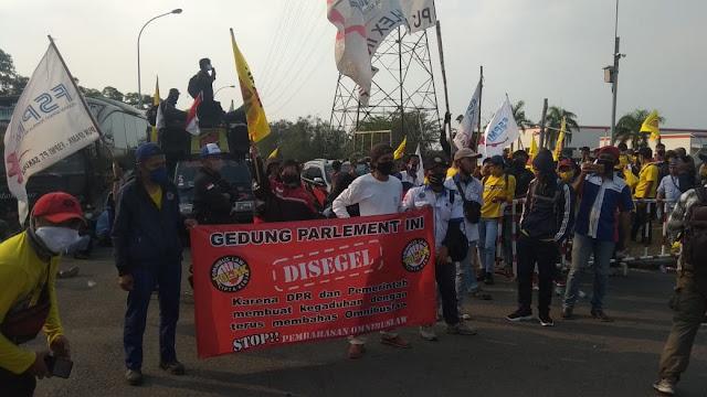 Aksi Buruh Bekasi Tolak Omnibus Law