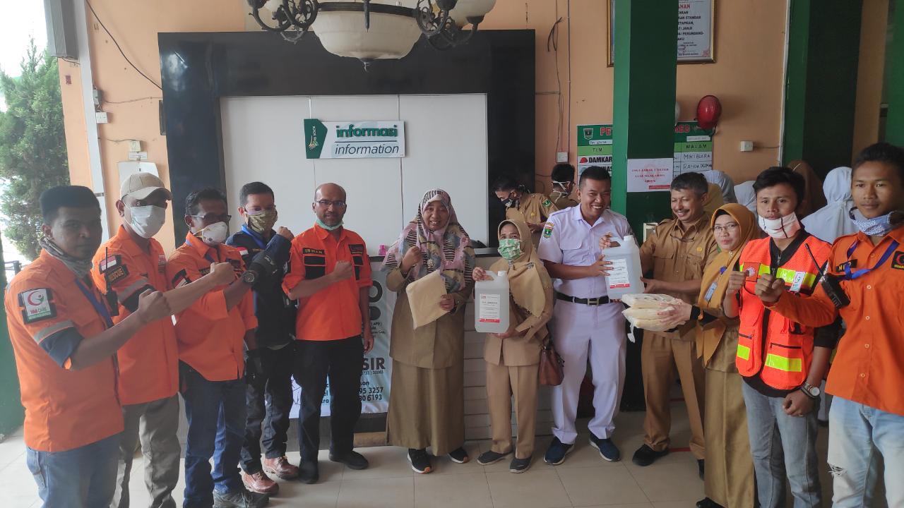 WMI Cabang Solok Raya Serahkan Bantuan   Hand Sanitizer dan APD Untuk Tim Medis