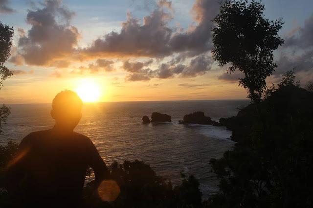 Menikmati panorama sunset di pantai siung gunung kidul