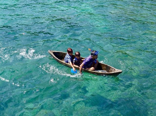 Những em bé Moken trên chiếc thuyền độc mộc.