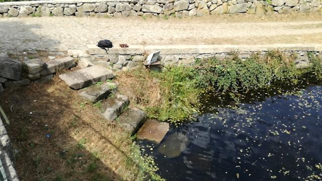 escadas de pedra para acesso á água