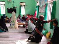 Lewat Posyandu Serda Partono Babinsa Koramil 08 Sungai Pandan Kenalkan TNI kepada Anak Generasi Bangsa