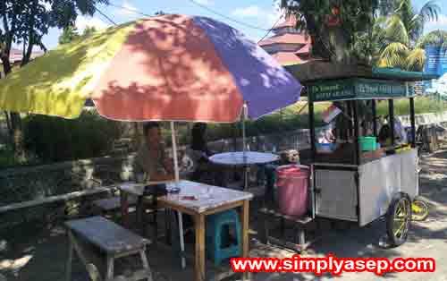PINGGIR JALAN :  Tempat jualan Es Dawet Semarang nya ada di depan RM Simpang Ampek atau belakang Tugu Pesawat Teempur. Lokasi jualannay strategis di piinggir jalan Foto Asep Haryono