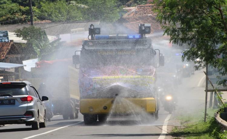 Polres Serang Bersama TNI dan Forkompinda Laksanakan Penyemprotan Serentak