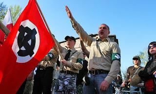 ΠΟΛΩΝΙΑ: Η κυβέρνηση διώκει τους κομμουνιστές. Επιτρέπει στους νεοναζί να κυκλοφορούν ελεύθερα