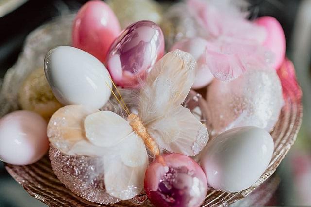Wenn Ostern schnell näher rückt und die Idee, zu viele Ostereier zu essen, eine allzu wichtige Erinnerung aus dem letzten Jahr ist, sollten Sie Ihre Aufmerksamkeit vielleicht auf ein Ostergeschenk richten, das Sie mit Ihrem Partner teilen können und das lange nach dem Ende der Ostereier Bestand haben wird .    Halten Sie sich an das Thema Eier und ersetzen Sie Ostereier durch Liebeseier und Kugeln. Liebeseier wurden entwickelt, um den G-Punkt zu stimulieren. Sie sind kleine kreisförmige Kugeln, die normalerweise kleinere innere Kugeln enthalten und in eine der erogenen Zonen eingesetzt werden können . Mit einer praktischen Zugschnur, damit sie nicht zu weit hinein gehen, können sie diskret unter der Kleidung getragen oder mit einem Partner im Schlafzimmer genossen werden. Aufzählungszeichen sind kleine Vibratoren, die entweder alleine oder mit einem Partner verwendet werden können und auf Knopfdruck mit Einzel- oder Mehrgeschwindigkeitsvibrationen ausgestattet sind.