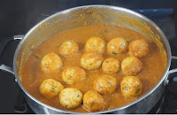 Adding-fried-meatballs-to-the-curry