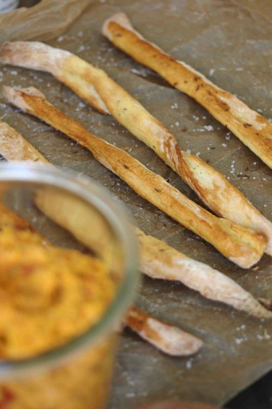 Würzige Brotstangerl mit Süßkartoffeldip