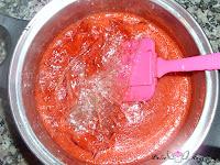 Gelatina en las fresas y azúcar