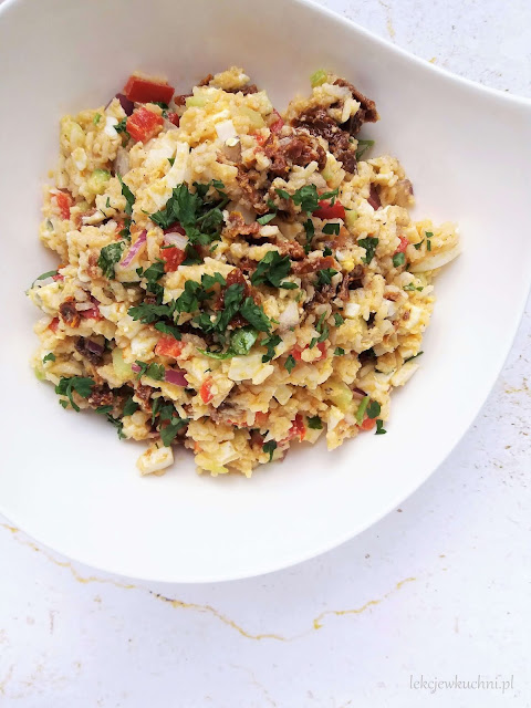 Sałatka ryżowa z suszonymi pomidorami przepis