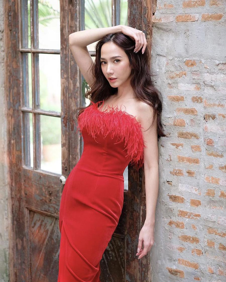 artis tahiland Aum Patcharapa pakai baju dan gaun merah seksi