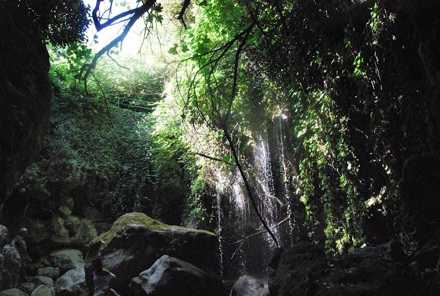 Explendor de verde y agua en la gruta de Cuadros