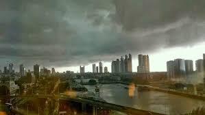 A foto mostra nuvens carregadas chegando a cidade para iniciar o grande temporal sobre a regão.