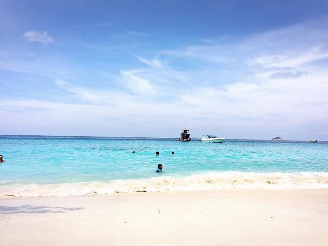 เกาะเมี่ยง มีนักท่องเที่ยวเยอะ อาจจะไม่เหมาะสำหรับนักท่องเที่ยวที่ต้องการความสงบ หากต้องการความสะสงบ ให้ไปพักที่หาดเล็ก