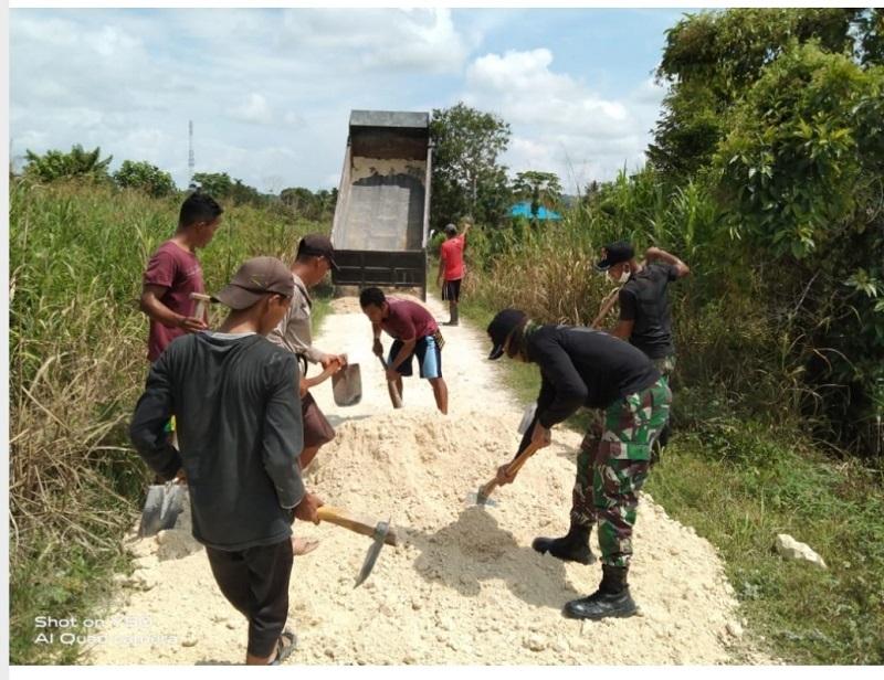 Satgas Yonif Raider 300/Bjw Gotong Royong Perbaiki Jalan Kampung