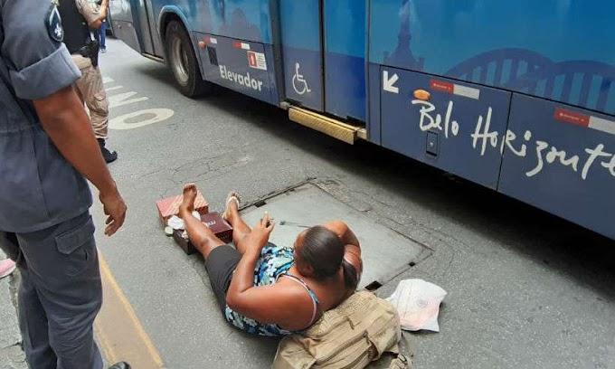 FALTA DE CONSERVAÇÃO: Passageira desce de ônibus e cai ao pisar em tampa de bueiro