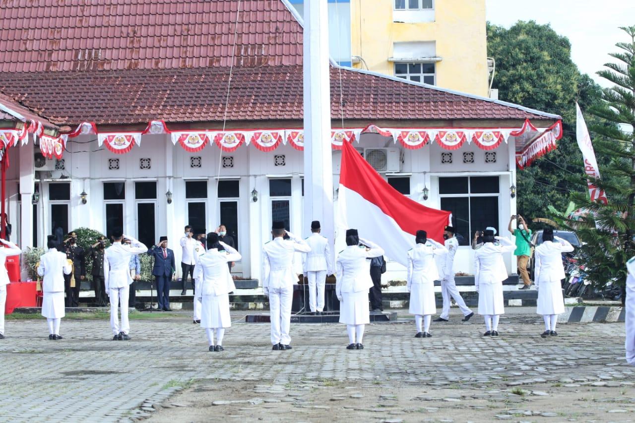Proses pengibaran Bandera Merah Putih oleh Paskibraka Kabupaten Muratara. (Poto/Ist)