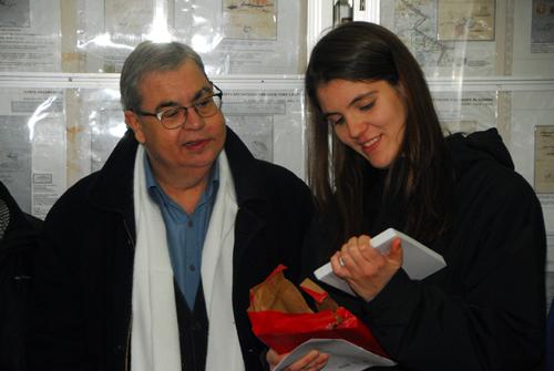 Esguard de Dona -  El regidor de Cultura de l'Ajuntament de Vilafranca del Penedès Sr. Gusi i la dissenyadora del mata-segells Carla Rovirosa