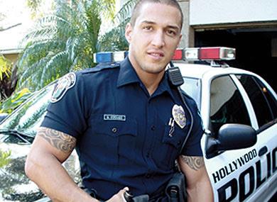 警察官が過去にゲイ・ポノレノに出演していたのがバレて解雇 Former... 警察官が過去にゲイ