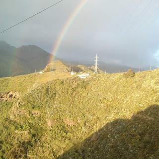 Hermosa imágen de una mañana de Vega de San Mateo en Gran Canaria,en ella aparecen dos arco iris