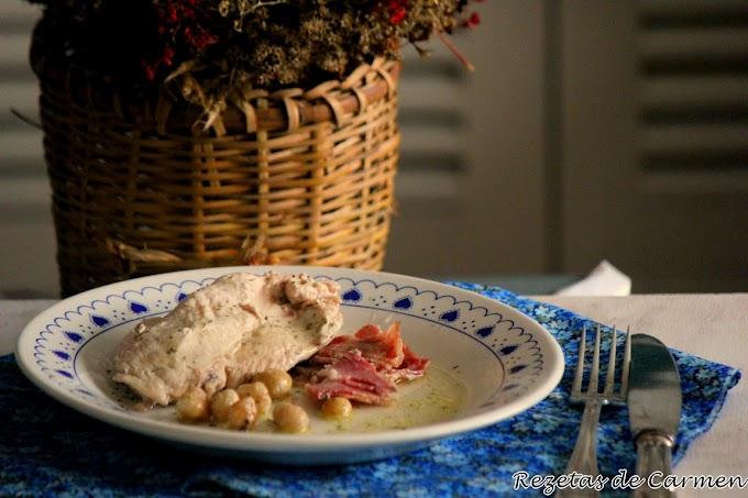Pollo con bacon y avellanas.