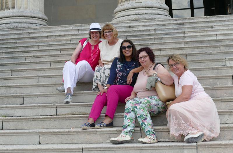 Wir auf den Stufen zur korinthischen staatlichen Antikensammlung