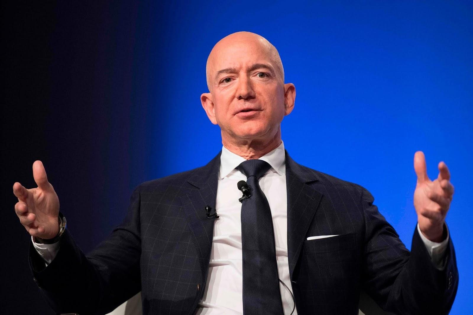 National Enquirer.: secondo il New York Post l'ex vicepresidente della NBC Tom Madden guiderebbe una cordata, anche Jeff Bezos di Amazon tra i possibili acquirenti