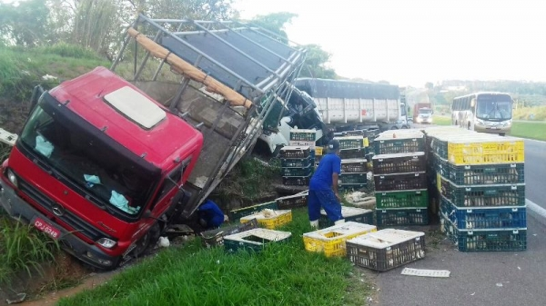 Caminhão carregado de frango é atingido por carreta e pista fica interditada na SP-340