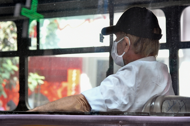 ΑΓΡΙΟ ΞΥΛΟ σε λεωφορείο – Επίθεση σε νεαρό που δεν φορούσε μάσκα! (ΒΙΝΤΕΟ-Ντοκουμέντο)