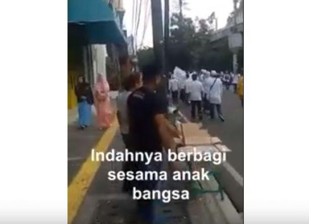 Relawan Jokowi Ikut Bagi-Bagi Minuman ke Peserta Reuni 212, Ini Videonya