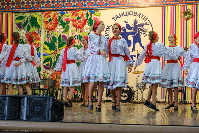 Meninas dançando no palco do Clube Poltava
