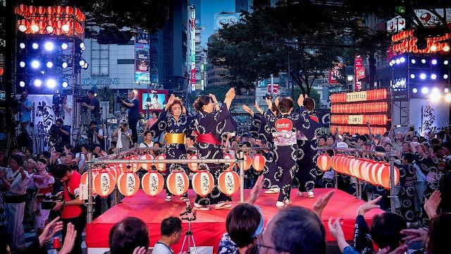 Mỗi dịp lễ Obon, các đền chùa trên khắp nước Nhật lại tấp nập người dân và du khách đến thăm viếng, nguyện cầu cho người thân, cho cả linh hồn đã khuất và người đang còn sống.